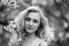 Zakończenie portret młodej seksownej dziewczyny piękna blondynka z czerwonym warga portretem młoda urocza kobieta w wiośnie kwitn Zdjęcia Stock
