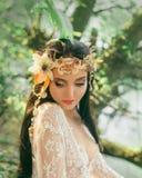 Zakończenie portret - makeup rzeczna boginka w delikatnej zieleni, kolor żółty, brzoskwinia odcienie Brunetki dziewczyna z niezwy zdjęcie stock