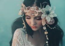 Zakończenie portret - makeup rzeczna boginka w delikatnej zieleni, kolor żółty, brzoskwinia odcienie Brunetki dziewczyna z niezwy zdjęcie royalty free