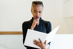 Zakończenie portret myśleć pomyślnej afrykanina, czerni Amerykańskiej biznesowej kobiety trzyma blisko podbródka lub Fotografia Royalty Free