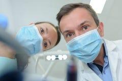Zakończenie portret od dolnego męskiego dentysty i asystenta Zdjęcie Royalty Free