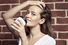 Zakończenie portret piękna blondynki kobieta pije kawę w p Obrazy Stock