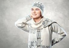 Zakończenie portret piękna młoda kobieta w eleganckim włóczkowym kn Obraz Stock