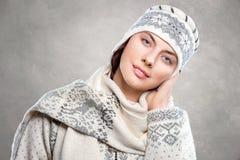 Zakończenie portret piękna młoda kobieta w eleganckim włóczkowym kn Zdjęcie Stock