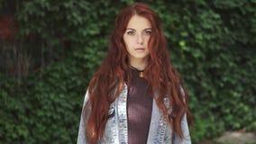 Zakończenie portret piękna miedzianowłosa dziewczyna z ekspresyjnymi oczami 20s zdjęcie wideo