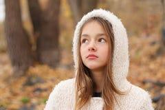 Zakończenie portret piękna rozważna marzy mała dziewczynka zostaje w jesień lesie w białym hoody żakiecie fotografia stock