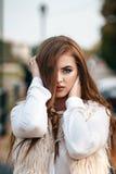 Zakończenie portret piękny młody ufny biznes lub dziewczyna Zdjęcie Royalty Free