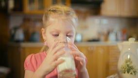 Zakończenie portret pije mleko uśmiechnięta dziewczyna zdjęcie wideo