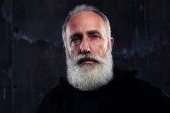 Zakończenie portret skoncentrowany dorośleć mężczyzna z szarą brodą i obraz royalty free