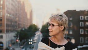 Zakończenie portret szczęśliwa młoda Europejska blondynki dziewczyna ono uśmiecha się outside i pozuje przy kamerą z krótkim włos zbiory