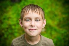 Zakończenie portret uśmiechnięta chłopiec outdoors Zdjęcia Royalty Free