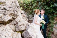Zakończenie portret urocza kochająca para nowożeńcy przeciw tłu lata greenery obok rockowego masywu obrazy stock