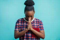 Zakończenie portret wierna Afro kobieta ono modli się bóg Fotografia Royalty Free