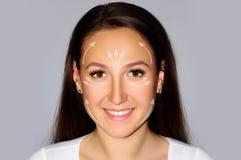 Zakończenie portreta ładna kobieta na popielatym tle, odosobniony twarz udźwigu pojęcie z strzała zdrowie, piękno, medycyna Fotografia Royalty Free