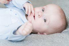 Zakończenie portreta słodki uroczy dziecko Indoors strzelał, pojęcie wizerunek Fotografia Royalty Free