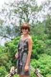 Zakończenie pozuje w tropikalnym lesie magiczna wyspa Bali piękna dziewczyna, Indonezja Zdjęcie Royalty Free