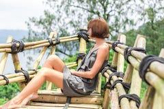 Zakończenie pozuje w tropikalnym lesie magiczna wyspa Bali piękna dziewczyna, Indonezja Fotografia Stock