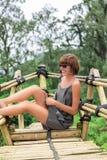 Zakończenie pozuje w tropikalnym lesie magiczna wyspa Bali piękna dziewczyna, Indonezja Zdjęcia Royalty Free
