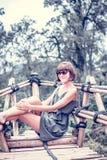 Zakończenie pozuje w tropikalnym lesie magiczna wyspa Bali piękna dziewczyna, Indonezja Obrazy Stock
