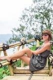 Zakończenie pozuje w tropikalnym lesie magiczna wyspa Bali piękna dziewczyna, Indonezja Fotografia Royalty Free