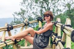 Zakończenie pozuje w tropikalnym lesie magiczna wyspa Bali piękna dziewczyna, Indonezja Obrazy Royalty Free