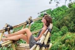 Zakończenie pozuje w tropikalnym lesie magiczna wyspa Bali piękna dziewczyna, Indonezja Zdjęcia Stock