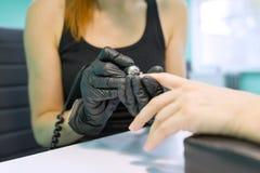 Zakończenie proces fachowy manicure, ręki manicurzysta i kobieta klient, instrumenty zdjęcie stock