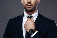 Zakończenie przystojny i pomyślny mężczyzna w drogim kostiumu Jest w białej koszula z krawatem obrazy royalty free