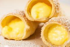 Zakończenie ptysiowego ciasta waniliowy custard up uzbrajać w rogi na drewnianej desce Fotografia Royalty Free