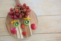 Zakończenie różnorodne owoc na ciapanie desce na drewnianym stole zdjęcia royalty free