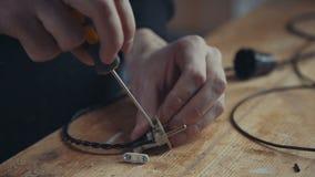 Zakończenie ręka elektryk pracuje na drutowaniu z śrubokrętem Obraz Royalty Free