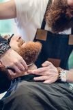 Zakończenie ręka fryzjer męski używa nożyce podczas gdy żyłujący zdjęcia royalty free