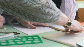 Zakończenie ręka nauczyciel i uczeń na stole zdjęcie wideo