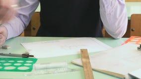 Zakończenie ręka nauczyciel i uczeń na stole zbiory wideo