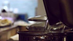 Zakończenie ręka szef kuchni up otwiera garnek podsadzkową nieckę zdjęcie wideo