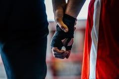 Zakończenie ręki arbiter i bokser Obraz Stock