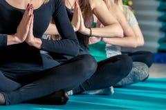 Zakończenie ręki kobiety siedzi w lotosowej pozie i kolana Obrazy Stock