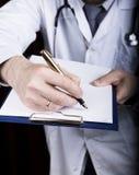 Zakończenie ręki lekarz medycyny lekarka podpisują rękojeści dokumenty Lekarka pisze medycznej historii pisze a Obrazy Stock