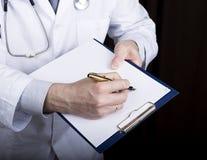 Zakończenie ręki lekarz medycyny lekarka podpisują rękojeści dokumenty Lekarka pisze medycznej historii pisze a Zdjęcie Royalty Free