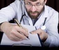 Zakończenie ręki lekarz medycyny lekarka podpisują rękojeści dokumenty Lekarka pisze medycznej historii pisze a Fotografia Stock