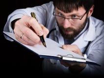 Zakończenie ręki lekarz medycyny lekarka podpisują rękojeści dokumenty Lekarka pisze medycznej historii pisze a Zdjęcie Stock
