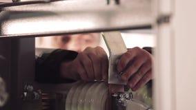 Zakończenie ręki mężczyzna instaluje narzędzie zbiory wideo