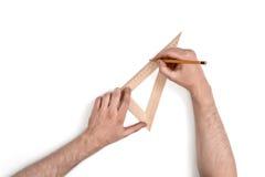 Zakończenie ręki mężczyzna podczas gdy pracujący proces z trójboka centymetra władcą Obraz Royalty Free