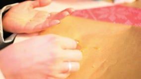 Zakończenie ręki maluje z piernikowym ciastkiem zbiory wideo