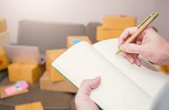 Zakończenie ręki mienia pióra writing up notatka na książce Zdjęcia Royalty Free