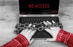Zakończenie ręki na laptopie zabezpieczać w starych ośniedziałych łańcuchach Zdjęcie Stock