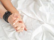 Zakończenie ręki para up robią miłości gorącej płci na łóżku zdjęcie royalty free