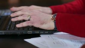 Zakończenie ręki pisać na maszynie na laptopie biznesmen zbiory wideo