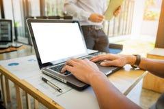 Zakończenie ręki używać komputerowego labtop, Dwa biznesów kolega Zdjęcia Royalty Free