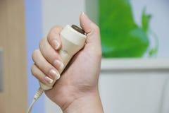 Zakończenie ręki up mienia przeciwawaryjny guzik w sala szpitalnej Zdjęcie Stock